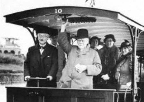 The new Black Rock station was opened on May 7th 1937 when the Deputy Mayor and 85-year-old Magnus Volk took joint control of Car 10 for a journey from the New Station.